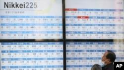 21일 일본 도쿄 증권회사 건물에서 투자가들이 증시 현황 살펴보고 있다.