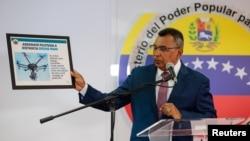 네스토르 루이스 레베롤 베네수엘라 내무부 장관이 5일 카라카스에서 기자회견을 열고 드론 암살 공격에 관해 설명하고 있다.