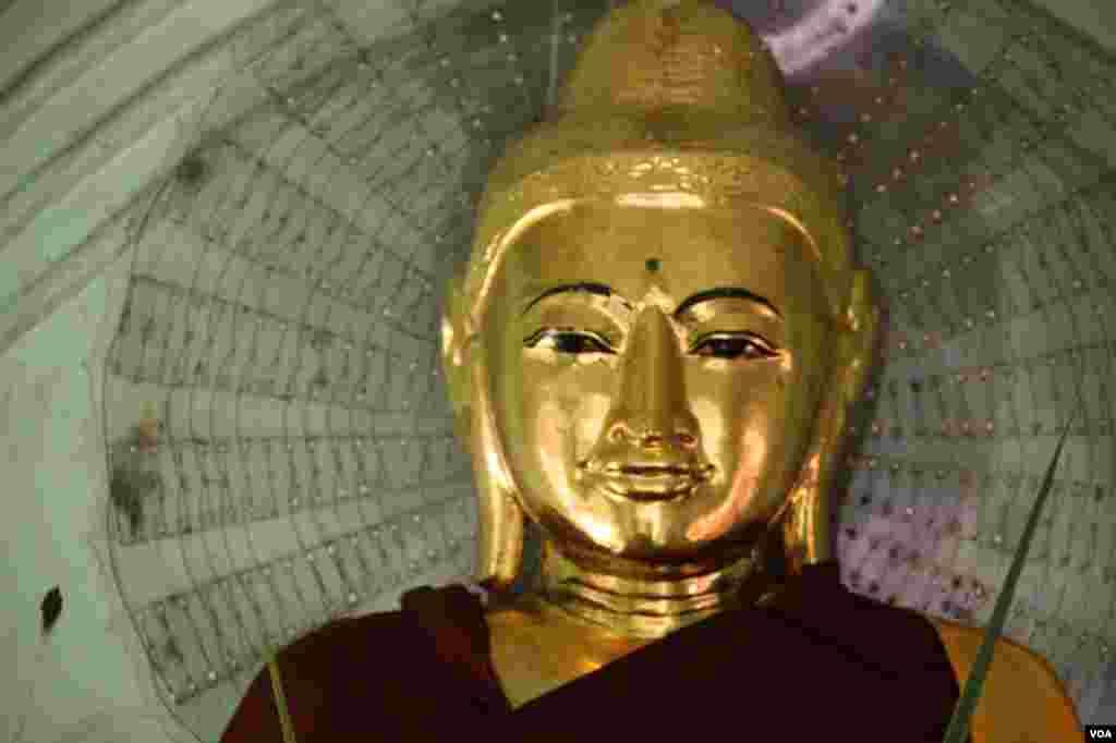 A Buddha statue at Shwedegon Pagoda, Rangoon, Burma, November 22, 2012. (D. Schearf/VOA)