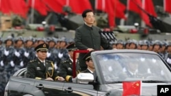 胡锦涛6月29日在香港军营里阅兵