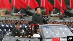 胡錦濤6月29日在香港軍營裡閱兵