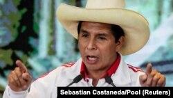 Kandidat sosialis Peru Pedro Castillo memberi isyarat saat dia berbicara selama debat terakhir dengan lawannya, kandidat sayap kanan Keiko Fujimori menjelang pemilihan putaran kedua 6 Juni, di Arequipa, Peru, 30 Mei 2021. (Foto: Reuters/Sebastian Castaneda )
