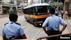 香港首位被控违反国安法的唐英杰(Tong Ying-kit)乘坐监狱车辆被押解至高等法院受审。(2021年6月23日)