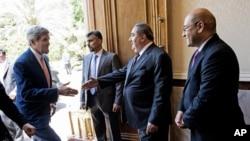 6月23日美国国务卿克里在会晤伊拉克总理马利基前伊拉克外长(右二)在总理办公室迎接克里