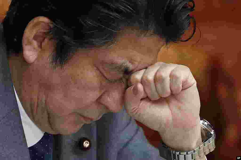 ภาพถ่ายสีหน้าที่ออกอาการกลัดกลุ้มของนาย ชินโซะ อาเบะ นายกรัฐมนตรีญี่ปุ่น ระหว่างการฟังประชุมรัฐสภา
