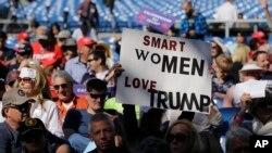 Para pendukung kandidat Capres AS dari Partai Republik, Donald Trump, dalam kampanye di Costa Mesa, California (28/4).