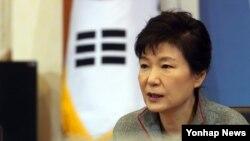 박근혜 한국 대통령이 30일 청와대에서 열린 국무회의에서 발언하고 있다.