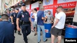 10일 프랑스에서 '유로 2016'이 개막한 가운데, 프랑스 경찰이 영국 축구팬들이 모여있는 마르세유 시내를 순찰하고 있다.