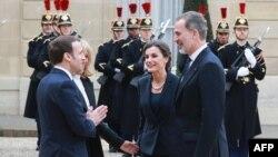 Ratu Letizia dari Spanyol (kedua dari kanan) dan Raja Felipe VI dari Spanyol (kanan) disambut oleh istri Presiden Prancis Brigitte Macron dan Presiden Prancis Emmanuel Macron sebelum makan siang di Istana Kepresidenan Elysee di Paris, 11 Maret 2020. (Foto: AFP/Ludovic Marin)