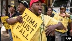 Para pendukung partai ANC melakukan demonstrasi di Johannesburg, menuntut agar Jacob Zuma mundur dari jabatan Presiden (5/2).