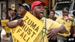 """Des militants de l'ANC tiennent des pancartes """"Zuma doit tomber"""", dans le quartier général du parti, à Johannesburg, le 5 février 2018."""