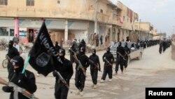 Chiến binh al-Qaida vũ trang diễu hành tại thị trấn Tel Abyad của Syria, gần biên giới Thổ Nhĩ Kỳ, ngày 2/1/2014.