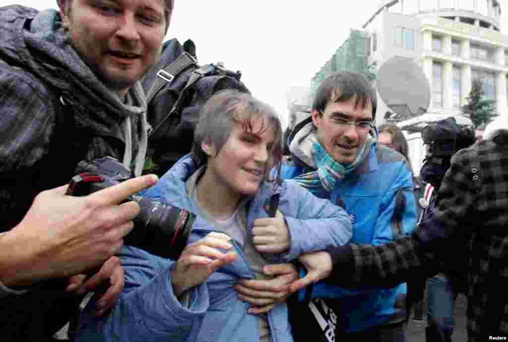 Yekaterina Samutsevich setelah dibebaskan dari ruangan sidang di Moscow (10/10).