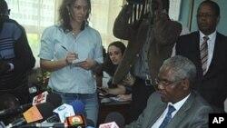 Francis Kirimi Muthaura, chef des services publics s'adressant à la presse après avoir été cité par le procureur Moreno-Ocampo