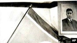 1948년 태극기 폐지를 결의하고 인공기를 올리는 북로당 지도부.