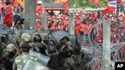 Phe Áo Đỏ đụng độ với lực lượng an ninh, trong cuộc biểu tình chống chính phủ ở Bangkok, Thái Lan 9/4/2010