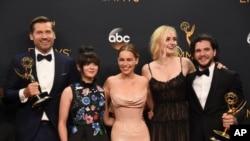 HBO频道的奇幻史诗电视剧《权力的游戏》的主创人员在艾美奖颁奖典礼上(2016年9月18日)