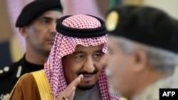 Le roi saoudien Salman ben Abdoulaziz salue les officiers militaires avant sa rencontre avec l'émir du Koweït à l'occasion de leur arrivée au 136e sommet du Conseil de coopération du Golfe (CCG) dans la capitale saoudienne, le 9 décembre 2015.