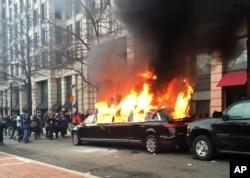 Para demonstran membakar sebuah limusin yang terparkir di pusat Kota Washington sebagai protes pelantikan Presiden Donald Trump, 20 Januari 2017.