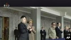 北韓領導人金正日(右三)和他的繼承人﹑兒子金正恩(左)星期五出席北韓建國63週年閱兵式
