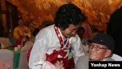 (금강산=연합뉴스) 설 계기 1차 이산가족 상봉 행사 첫날인 20일 오후 금강산호텔에서 류영식(92)할아버지가 조카 류옥선(왼쪽)과 만찬을 마친 후 인사를 나눌 준비를 하고 있다.
