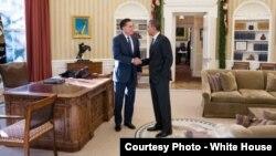 Presiden Barak Obama dan Mitt Romney berbincang di Kantor Oval Gedung Putih selesai acara jamuan makan siang hari Kamis (29/11).