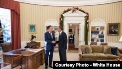 选举之后,两位对手奥巴马和罗姆尼在白宫握手言和。罗姆尼问鼎总统大位的努力失败,奥巴马要继续在白宫住上四年。