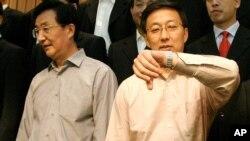 2004年9月上海市长韩正(右)和中共上海市委书记陈良宇(左)在一次中共会议后