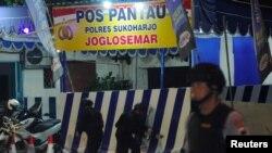 Polisi memeriksa lokasi ledakan bom di dekat pos polisi di Sukoharjo, Jawa Tengah, Selasa, 4 Juni 2019. (Foto: Aloysius Jarot/ Antara Foto via Reuters)