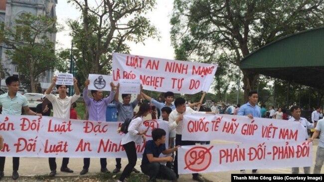 Người biểu tình giơ cao biểu ngữ tại Giáo hạt Văn Hạnh ở Hà Tĩnh.