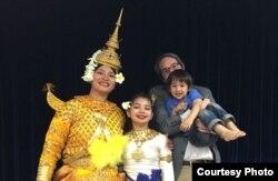 지난해 4월 16일 메릴랜드주 실버스프링에서 진행된 캄보디아 전통 새해맞이 행사에 가족과 함께 참석한 리타 핀 아렌스(왼쪽). 가운데가 딸이고, 남편(오른쪽)이 아들을 안고있다.
