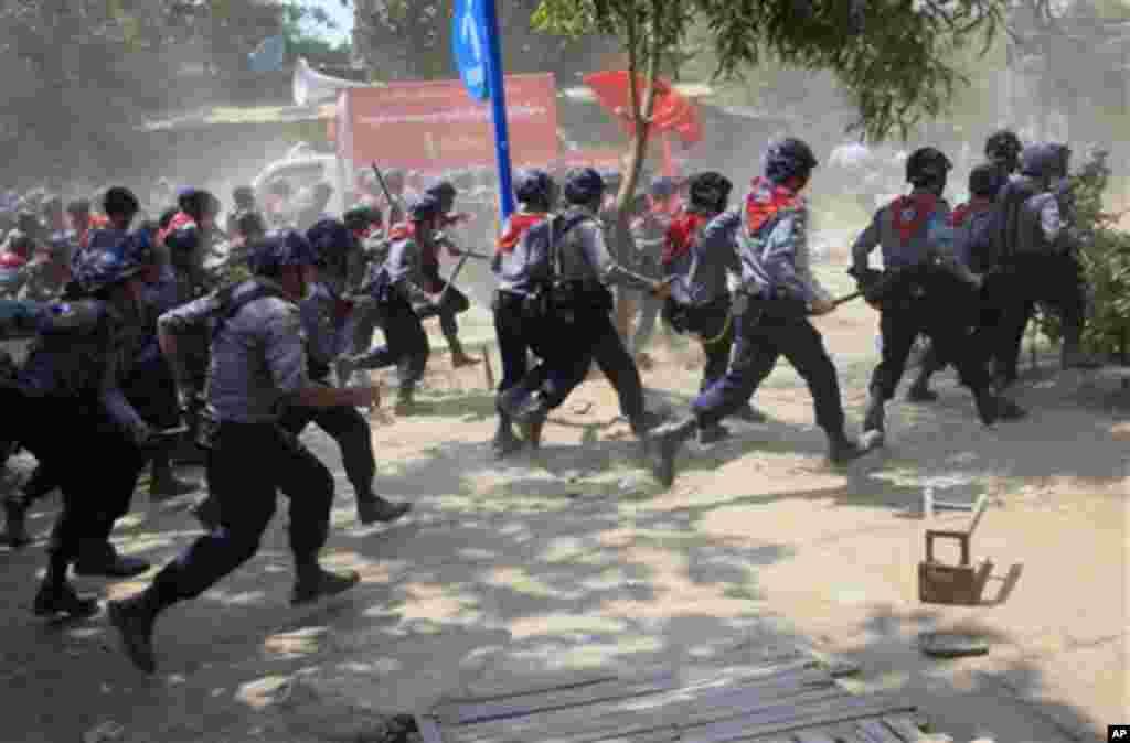 پلیس میانمار مسلح به باتوم به سمت معترضان در لتپادان، میانمار، حمله ور میشود.