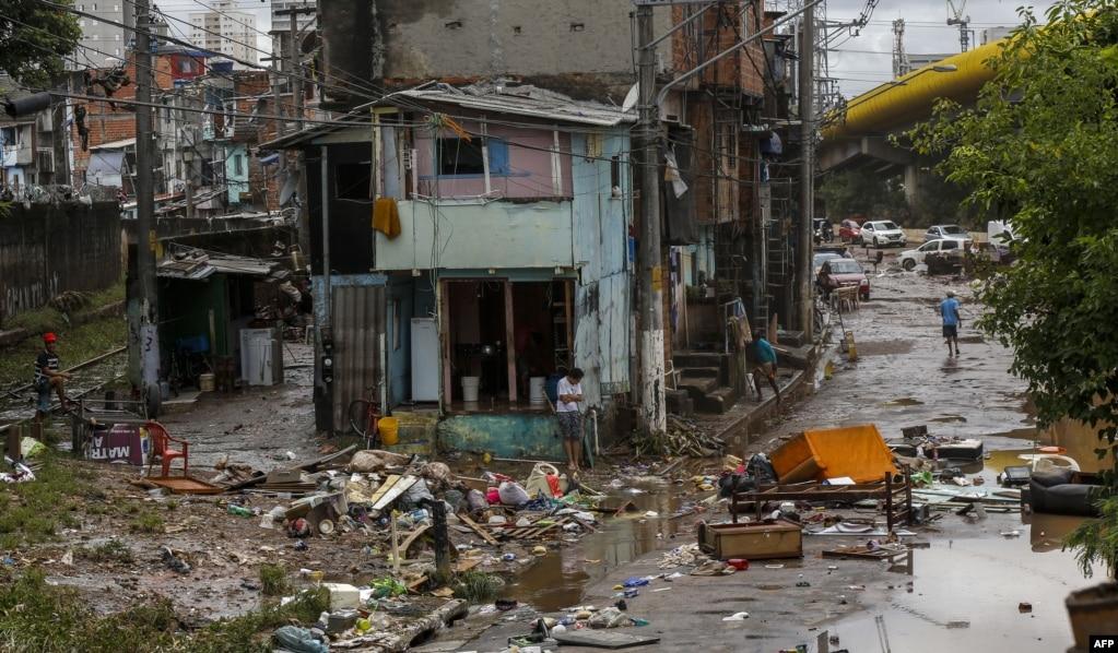 브라질 상파울루에서 집중호우로 인해 주택들이 무너져 내렸다.