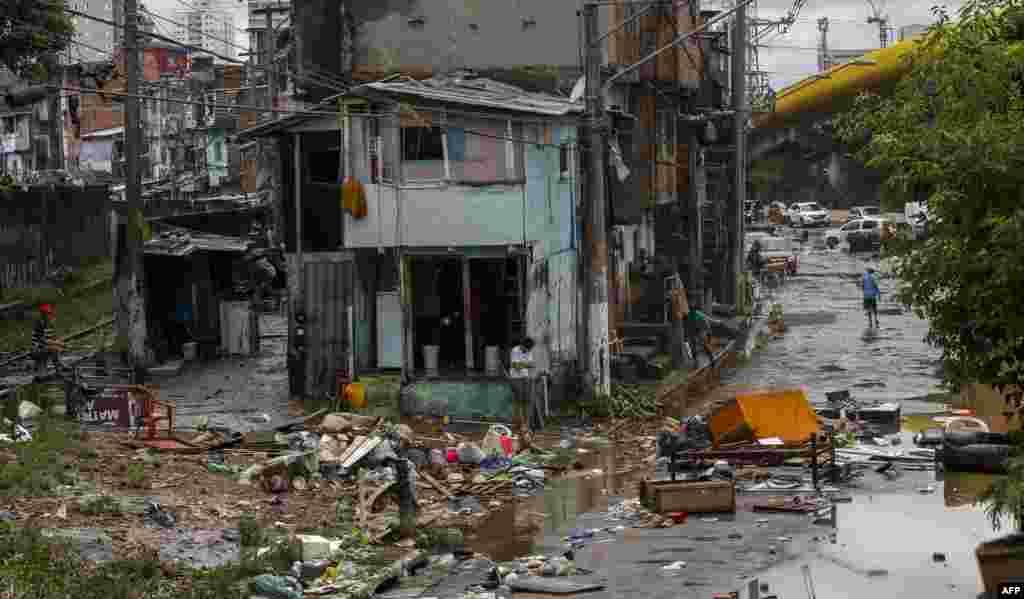 Pemandangan jalanan yang rusak di kawasan permukiman kumuh, akibat hujan deras melanda kota Sao Paulo, Brasil.