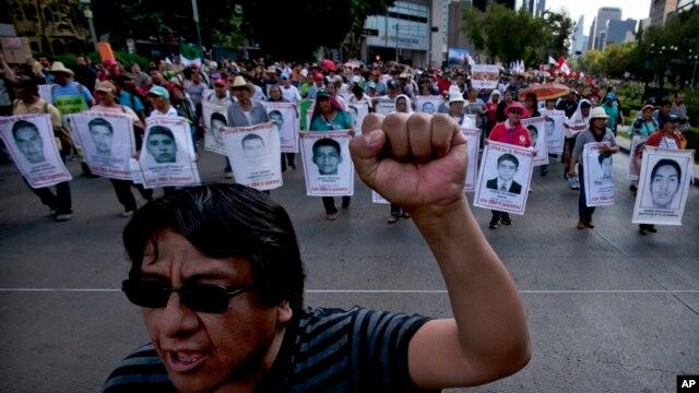 Familiares de los 43 normalistas desaparecidos protestan en Ciudad de México, al cumplirse 10 meses de la masacre.