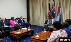 Ngoại trưởng Hoa Kỳ John Kerry (giữa) trao đổi với Tổng thống Kenya Uhuru Kenyatta trong cuộc họp song phương ở Nairobi, ngày 22 tháng 8 năm 2016.