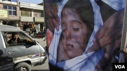 Seorang warga Afghanistan melakukan unjuk rasa membawa poster seorang anak perempuan yang tewas akibat serangan NATO (foto: dok.). Sebanyak 65 warga sipil, 40 diantaranya anak-anak tewas dalam serangan udara NATO di provinsi Kunar belum lama ini.
