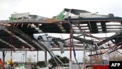Nóc nhà của một khu thương xá lớn bị hư hại sau cơn lốc xoáy quét qua khu ngoại ô Albany ở Auckland, ngày 3/5/2011