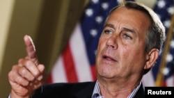 Chủ tịch Hạ Viện John Boehner nói chuyện với giới truyền thông bên ngoài văn phòng của ông ở Capitol Hill, Washington, 7/12/2012.