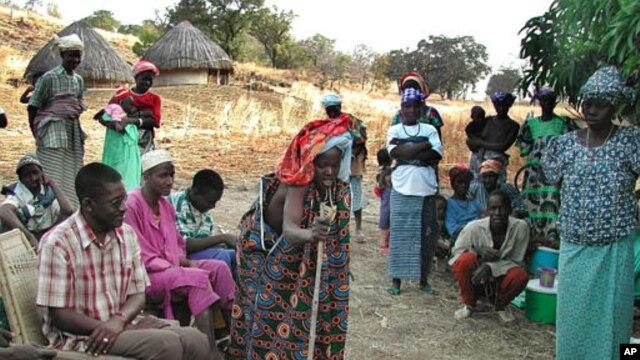 Siraboye Diallo, dengan tongkat di tangan, berusaha memberi penyuluhan mengenai risiko sunat pada perempuan yang banyak dipraktikkan di Senegal. Meski Senegal telah menyatakan praktik sunat perempuan tidak sah, beberapa wilayah di negara itu masih melakukannya (Foto: dok).