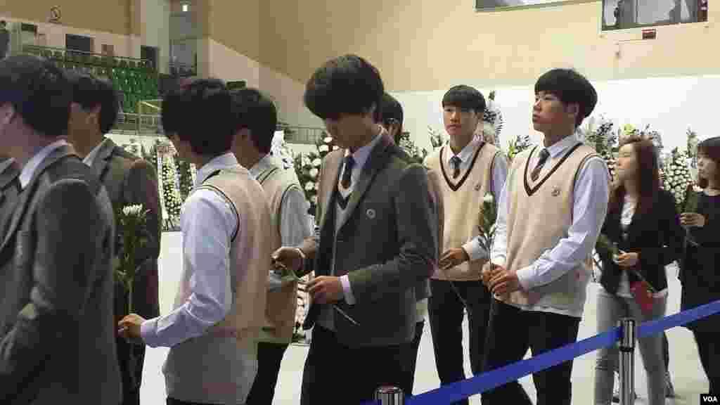 한국 안산시 단원고등학교 학생들이 세월호 침몰사고로 사망한 친구들을 애도하기 위해 임시 합동분향소를 찾았다.