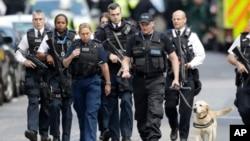 倫敦恐襲後大批警察繼續在現場調查