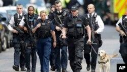 Naoružani britanski policajci u blizini mesta napada na Londonskom mostu, 4. juna 2017. (AP Photo/Matt Dunham)