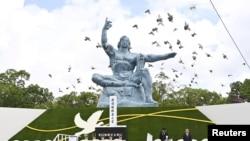 日本长崎和平公园纪念长崎遭受原子弹袭击75周年(照片由共同社、路透社提供)