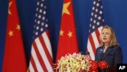 Menteri Luar Negri Hillary Rodham Clinton berpidato dalam pembukaan dialog ekonomi dan kemitraan strategis AS-Tiongkok di Beijing (3/5).