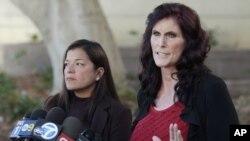 امریکہ میں بننے والی اسلام مخالف فلم کی اداکارہ سنڈی لی گارشیا اپنی وکیل کے ہمراہ عدالت کے باہر صحافیوں سے گفتگو کر رہی ہیں