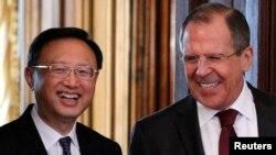 22일 러시아 모스크바에서 기자회견장에 입장하는 세르게이 라브로프 러시아 외무장관(오른쪽)과 양제츠 중국 외교부장.
