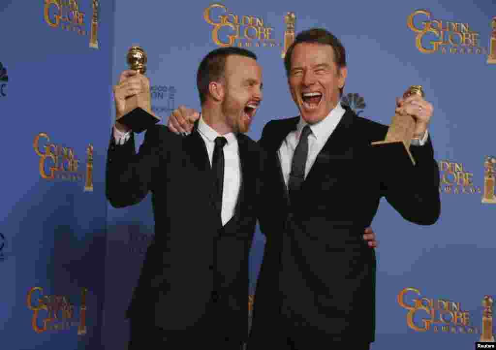 Актер Брайан Крэнстон (справа) – обладатель «Золотого глобуса» в номинации «Лучшая мужская роль в драматическом телесериале» («Во все тяжкие»). И актер Аарон Пол – партнер Крэнстона по сериалу.