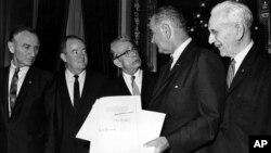 約翰遜總統簽署了1965年投票權法案,把歧視少數族裔投票權定為非法。