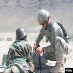 Pripadnik privatne zaštitarske firme MPRI pomaže obuku afganistanskih vojnika u Afganistanu